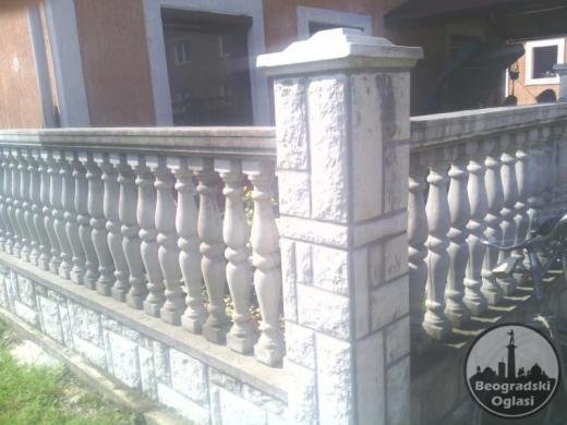 Reljefne fasadne plocice sive i bele ,stubici za ograde