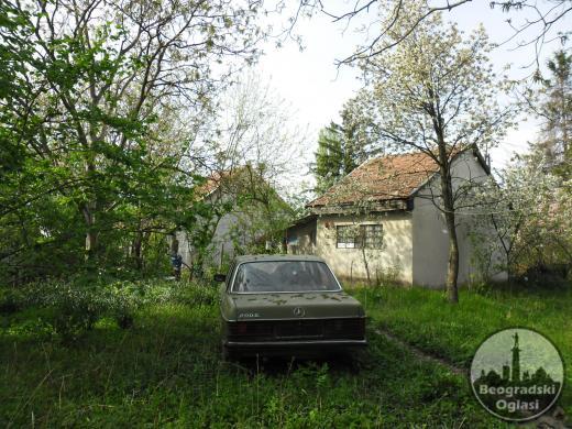 prodajem plac pod vocnjakom sa dve kuce u Beogradu