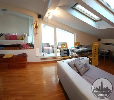 Odlična moderna mansarda sa velikim krovnim prozor ID#94192