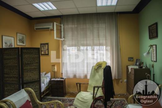 Uknjižen salonac u strogom centru Zemuna ID#93851