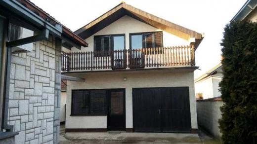 Dve porodične kuće, Surčin