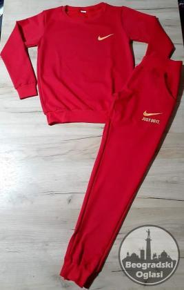 prelepa pamucna trenerka u crvenoj boji