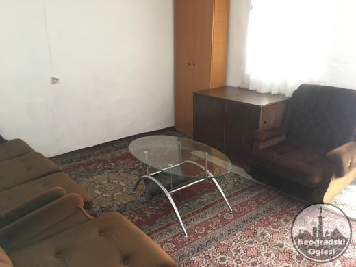 Centar, Zasebna soba 12m, u dvorištu, Cubura, blizu Kalenić pijace, vlasnik ne zivi tu. Rasklopivi trosed i dvosed. WC i česma su u dvorištu. 70E mes.