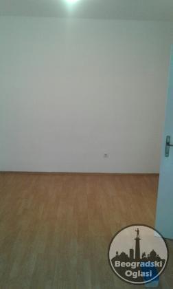 Izdajem jednosoban stan/35m2/na duze vreme ,ne manje od godinu dana-Zemun,Karadjordjev trg.